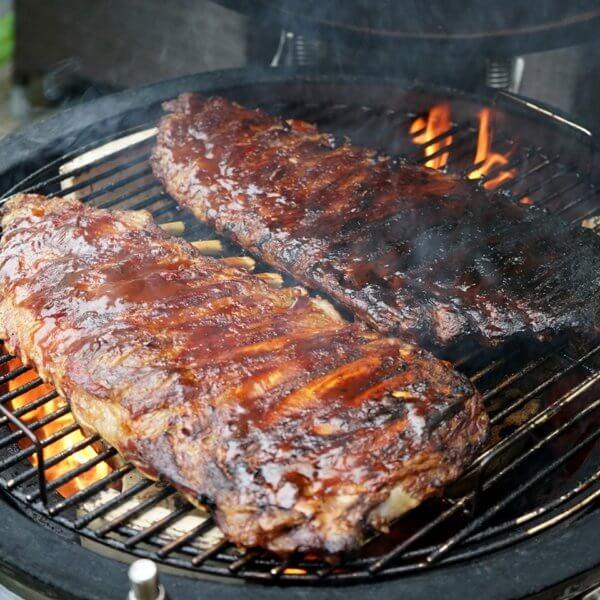 Mustang kamado ribs vlees