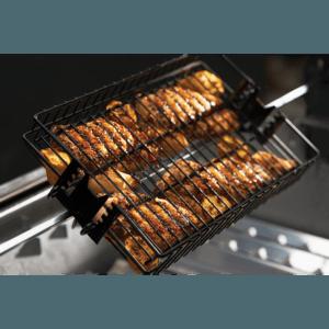Mustang grill mand voor draaispit in gebruik